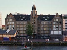 In het Oostelijke Havengebied van Amsterdam vind je Lloyd Hotel & Culturele Ambassade, zoals de volledige naam van dit bijzondere hotel is. Een kunstzinnig hotel; meer dan veertig Nederlandse kunstenaars en designers tekenden voor het ontwerp van het interieur en de kamers. Kamers die variëren van één tot vijf-sterrenluxe.