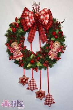 GUIRLANDA NATALINA (com e sem iluminação de LED) Natal esta chegando? É hora de decorar a sua residência, comércio, etc? Então vamos decorar a sua porta de entrada com uma GUIRLANDA LINDA!!! DESCRIÇÃO: Guirlanda de 45 x 45 cm, decorada com bonequinha de anjinhos, com vários enfeites de maçãzinhas e folhagem vermelha com brilho, 04 enfeites pendurado estrela e árvore de natal em Patchwork, e para finalizar fitas aramadas que não deformam, amassou.....é só ajeitar com carinho e esta linda! -…