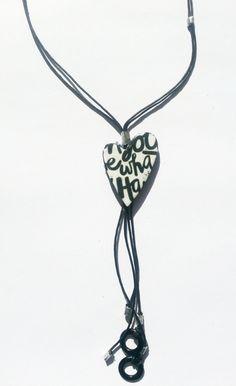 Collar en forma de corazón realizado con trasferencias realizada sobre arcillas poliméricas, tela vaquera, piezas esmaltadas , cordón de cuero negr...