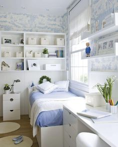 Дизайн маленькой спальни: правила декора и 40+ универсальных интерьерных решений http://happymodern.ru/dizajn-malenkoj-spalni-10-sovetov-po-sozdaniyu-uyuta-35-foto/ Даже небольшую спальню можно оформить в излюбленном вами стиле, например, чтобы воссоздать морской стиль нужно всего лишь характерное сочетание белого и синего цветов