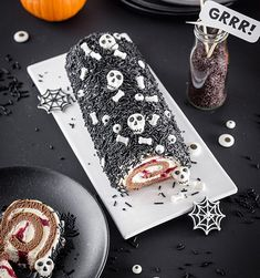 Einfacher Halloween-Snack für den Sweet Table: Schnell gepimpte Sahne-Rolle mit… Simple Halloween snack for the sweet table: Quickly pimped cream roll with bones, eyes and skull. More on our online magazine www. Halloween Desserts, Halloween Cupcakes, Halloween Torte, Table Halloween, Postres Halloween, Halloween 2020, Easy Halloween, Halloween Treats, Halloween Decorations
