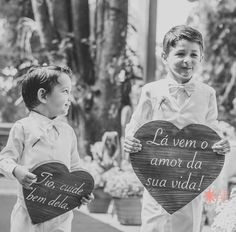 """Plaquinha de de madeira em formato de coração para pajens e daminhas encantarem seus convidados com mensagens parecidas com """"Lá vem a noiva!"""". Confira!"""