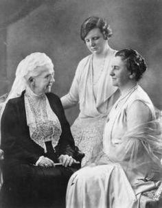 Prinses Emma, koningin Wilhelmina en prinses Juliana bij elkaar in één foto. Oma, moeder en dochter.
