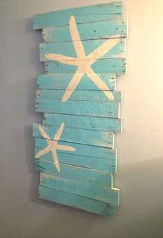 DIY wall decor idea with painted starfish. Beach and starfish reclaimed wood. Featured here: http://www.completely-coastal.com/2013/01/beach-wall-art.html
