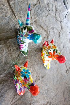 Caballos pintados a mano de Zutopía. Christmas Ornaments, Holiday Decor, Home Decor, Paint By Numbers, Art, Painted Horses, Animal Sculptures, Spaces, Create