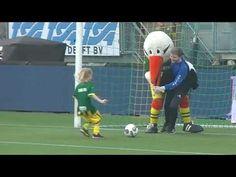 ADO Storky overtreding of assist - mooi moment in de rust bij ADO - Twente - Storky de mascotte van ADO Den Haag is ook in topvorm! Ik zeg geen overtreding maar een leuk assist voor een heel mooi doelpunt voor ADO tegen FC Twente.  Meer informatie over ADO Kids: https://ift.tt/2HzqSSM  Kijk het sfeer filmpje van ADO hier: https://www.youtube.com/watch?v=N7Bwg0trEBE  ADO Kids club is heel populair met de jongens en meisjes. Eén voordeel van is dat je mag penalities in de rust nemen tegen een…