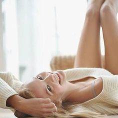 Tre facili mosse contro il mal di schiena  Tre facili mosse contro il mal di schiena  Ecco tre semplici esercizi da fare tutti i giorni. Sono indispensabili per chi non ha mai avuto mal di schiena e cerca di prevenirlo ma anche per chi vuole evitare ricadute.  1) Seduta, divaricare le gambe mantenendo la schiena ben diritta. Tenere le braccia lungo il corpo ben rilassate. Flettersi lentamente in avanti: prima piegare la testa come per guardarsi le ginocchia, poi le spalle e infine il dorso…