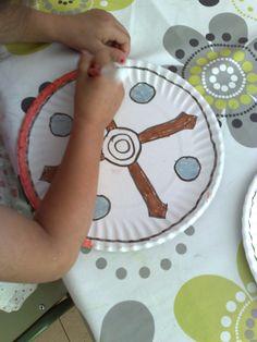 Vamos a hacer el escudo de gladiador... a ver que tal nos quedan... Para hacerlo hemos utilizado platos de cartón. Después de p...