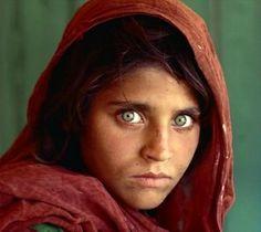 SharbatGula, la niña afgana, fue fotografiada cuando tenía 12 años por el fotógrafo SteveMcCurry, en junio de 1984. Fue en el campamento de refugiados NasirBagh de Pakistán durante la guerra contra la invasión soviética.