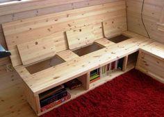 BØKER OG DYNER: Du kan komme til i rommene både fra toppen og fronten. Dyner til overnattingsgjester kan ligge i selve kroppen av sofaen. Foran er det bøker.