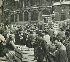 Les Halles de Paris - Paris 1er Nous voici au Carreau des Halles, au marché des aromates à côté de l'église Saint-Eustache, vers 1955. Une photo de Jacques Verroust.