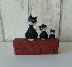 Dubout katten trio - drie eigenwijze katten naast elkaar Floating Shelves, Home Decor, Decoration Home, Room Decor, Wall Shelves, Home Interior Design, Home Decoration, Interior Design
