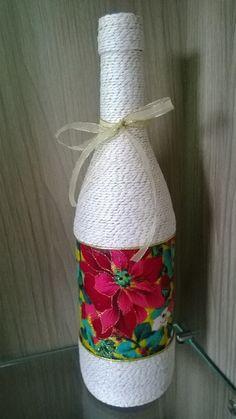 Linda garrafa decorada com tema de natal.  Garrafa de vidro reutilizada, trabalhada com barbante, fitas e decoupagem para enfeitar o seu natal.