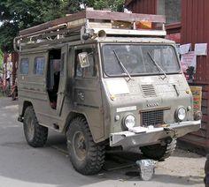 """Pour ce lundi """"Vieilles du monde"""" ce véhicule militaire Volvo, transformé en camping-car hippie photographié à Copenhague ! Je vous l'avais promis hier soir...c'est insolite ;)"""