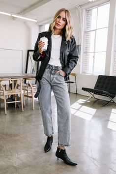 White t-shirt+black leather jacket+acid denim straight-leg jeans+black ankle boots+black moto leather jacekt+gold necklace. Fall Casual Date/ Weekday Outfit 2019 Office Fashion, Business Fashion, Spring Look, Fall Outfits, Fashion Outfits, Fashion Clothes, Style Fashion, Look Street Style, Business Casual Outfits