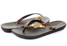 53271d0ba6cd Hnedé dámske šľapky značky  Ipanema sú zdobené zlatými kameňmi na bočnej  strane!