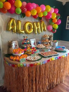How to plan the perfect party without losing your mind. Birthday parties, bridal showers, baby showers, and other events. Lilo and Stitch luau birthday party. Table decorations and food - Canik BR Aloha Party, Hawaii Birthday Party, Luau Theme Party, Party Set, Hawaiian Luau Party, Tiki Party, Birthday Party Themes, Hawaiin Party Ideas, Hawaiian Birthday