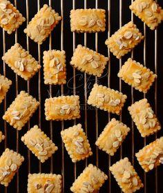Assalammualaikum, hari ni che mat kongsikan biskut ke dua yang che mat bikin semalam. Dah petang baru ada masa nak ambik gambar, dengan c... Dutch Cookies, Biscuit Cookies, Biscuit Recipe, Yummy Cookies, Cake Cookies, Chinese Walnut Cookies Recipe, Walnut Cookie Recipes, Chocolate Thumbprint Cookies, Princess Cookies