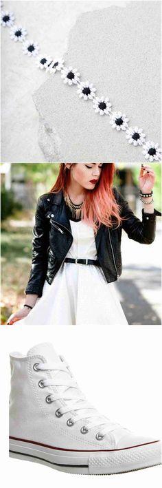 Une tenue pour l'usure quotidienne couplé avec une veste en cuir, blanc converse. et un tournesol choker.