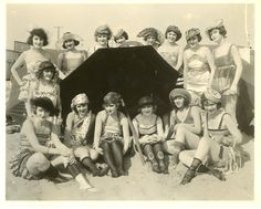 I got inspired to get a inspired beachheadwear for the summer. Vintage Ephemera, Vintage Postcards, Vintage Photos, Retro Fashion, Vintage Fashion, Fashion 1920s, Flapper Era, Fawn Colour, Vintage Swim