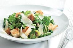 Svěží, pikantní, a přitom prostý. Takový je salát Caesar ve své originální podobě. Populární kuchař Filip Sajler vás naučí správný postup a vysvětlí, jaké suroviny použít.