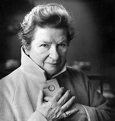 P.D. James (1920-2014).  Phyllis Dorothy James, conocida para sus millones de lectores bajo el alias P.D. James, se ganó en Reino Unido la reputación de reina de la novela negra, un género que contribuyó a renovar. Fue creadora del detective poeta Adam Dalgliesh.