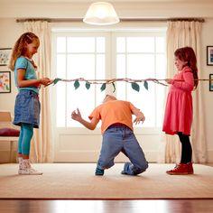 Suchst du nach einem einfachen Partyspiel oder einer Idee für einen Spielenachmittag mit der ganzen Familie? Dann versuche doch mal unseren Dschungelbuch-Lianenlimbo.