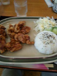 今日のお昼ごはんは唐揚げ定食いただいています。