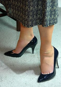 Classic Pumps Lola style in navy patent leather.