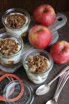 Yoghurt & eplesmør med smuldretopping kan være et godt alternativ til dessert. Sjekk bloggen for enda flere gode oppskrifter.