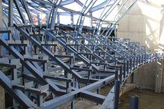 De constructie voor de tribune staat. Over een jaar zullen de eerste voorstellingen hier te zien zijn! (Rondje over de Bouw, 29-10-2013)