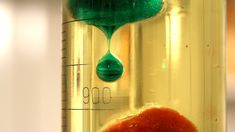 Experiência fácil e divertida que mostra a mudança de estado da água do sólido para o líquido. Um bom exemplo de física, mudança de estado da matéria.