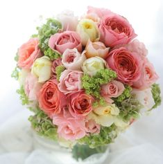 ブラッドオレンジのような魅力的な色味のバラは、ロマンティックアンティークといいます。丸くこんもりと。都ホテルの花嫁様が、二次会で持ってくださっているブーケ...
