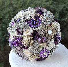 He encontrado este interesante anuncio de Etsy en https://www.etsy.com/es/listing/109707733/gold-purple-wedding-brooch-bouquet