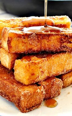 CINNAMON FRENCH TOAST STICKS ~ French toast you can eat with your fingers and tastes like cinnamon doughnuts! Just made this and it is SO GOOD.