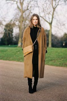 all-black outfit with camel duster coat Camel and black: a great color combination for fall: Coco Chanel, Look Fashion, Womens Fashion, Fashion Trends, Fashion Fall, Camel Coat Outfit, Outfits Otoño, Girly Outfits, Camel Outfits