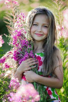 Menina segurando flores Girl holding flowers