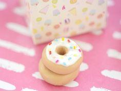 bijou fimo : le donut ★ Epinglé par le site de fournitures de loisirs créatifs Do It Yourself https://la-petite-epicerie.fr/fr/547-pates-polymeres ★