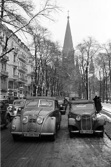 Berlin: Kurfürstendamm Ecke Joachimstalerstraße; Blick auf  Gedächtniskirche; Vordergrund zwei Autos-Januar 1939