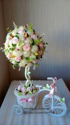 Photo Topiary Trees, Diy Backdrop, Chocolate Bouquet, Diy Wreath, Flower Making, My Flower, Flower Decorations, Paper Flowers, Floral Arrangements