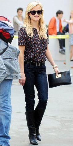Casual Classy à la Reese Witherspoon. Blue Jeans, Ankle Boots, Bluse gemustert, Clutch und schwarze Sonnenbrille.