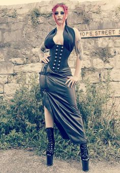 Top Gothic Fashion Tips To Keep You In Style. As trends change, and you age, be willing to alter your style so that you can always look your best. Consistently using good gothic fashion sense can help Style Steampunk, Gothic Steampunk, Steampunk Fashion, Hot Goth Girls, Gothic Girls, Hot Girls, Goth Beauty, Dark Beauty, Dark Fashion
