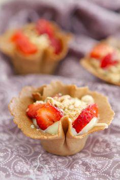 Tulipas rellenas de fresas, crema de chocolate blanco y crujiente de galleta