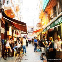 Disfruta de la gastronomía de A Coruña en sus zonas de vinos y tapeo.