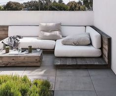 Modern Pallet Furniture | DIY ideas for patio lounge. ריצוף מרפסת חדר הורים