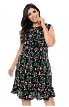 8861537f7 Vestido plus size preto em viscose com desenho floral. Sem manga, tem  decote V