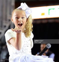 Reality TV star Jo Jo Siwa at the Annual Hollywood Christmas Parade held at The Roosevelt Hotel on November 2015 in Hollywood, California. Jojo Siwa Age, Jojo Siwa Bows, Jojo Yes, Cousin Presents, Jojo Juice, Dance Moms Season 5, Boy Birthday Parties, 7th Birthday, Girl Drummer