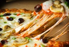 Una oferta que no te puedes perder  Paga Bs. 50 en vez de 75 por cualquier pizza grande en Bricks