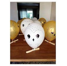 Make sure your guests invitations get delivered by using owls made of balloons!