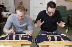 Juho ja Mikael kuuden parin utin kimpussa - homma hanskassa? (Kuva: Moskito Television)